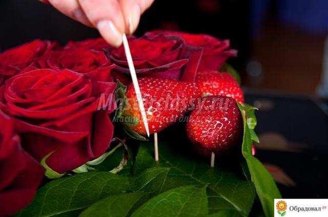 Букет из роз и клубники